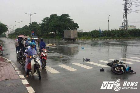 Tong vao duoi xe tai, 2 nu cong nhan thuong vong tren duong di lam - Anh 1