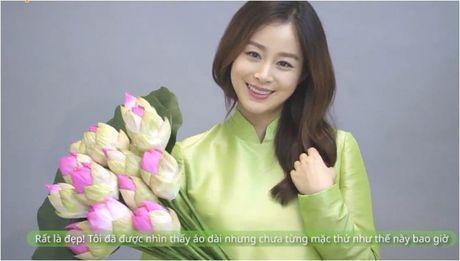 Mac ao dai Viet Nam, Kim Tae Hee de lo bung bau 5 thang dang yeu - Anh 1