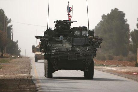 Xe quan su My xuat hien ram ro o chien truong Syria - Anh 1