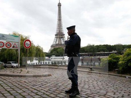 Phap mo cuoc dieu tra vu doi tuong cam dao xong vao thap Eiffel - Anh 1
