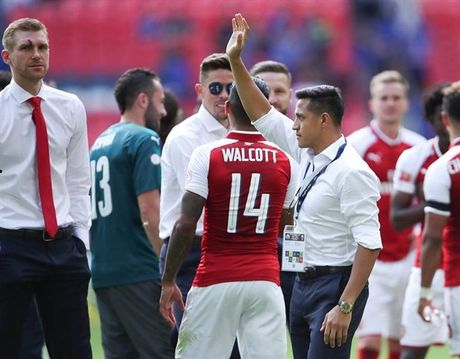 Sanchez vay tay chao, Fan Arsenal bat dau thay so - Anh 1
