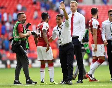 Sanchez vay tay chao, Fan Arsenal bat dau thay so - Anh 2