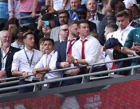 Sanchez vay tay chao, Fan Arsenal bat dau thay so - Anh 3