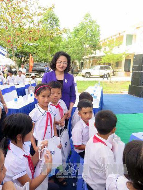 Pho Chu tich nuoc tham va tang qua gia dinh chinh sach tai Quang Nam - Anh 1