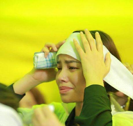 Sau khi lo hau su cho bo, Hoa hau Pham Huong kiet suc phai truyen nuoc - Anh 3