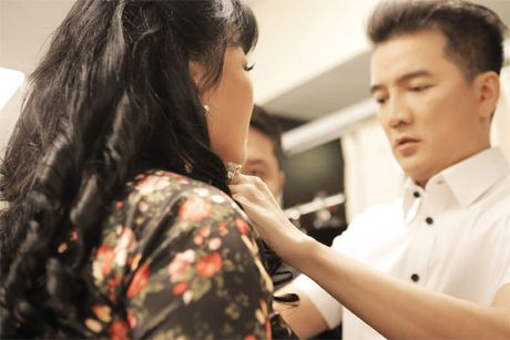 La nhan vat chinh trong liveshow, Mr Dam van vao hau truong lam toc, 'len do' cho moi nguoi - Anh 3