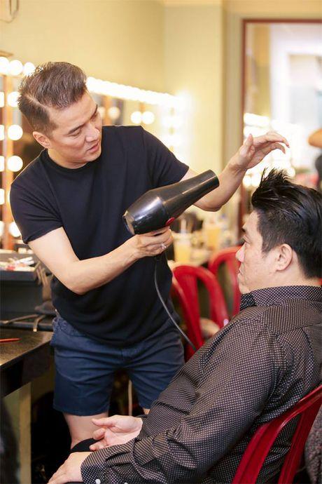 La nhan vat chinh trong liveshow, Mr Dam van vao hau truong lam toc, 'len do' cho moi nguoi - Anh 4