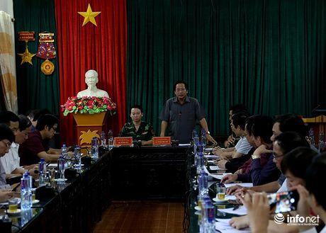 Bo truong Truong Minh Tuan thi sat cuu ho, trao qua cuu tro nguoi dan Yen Bai - Anh 1