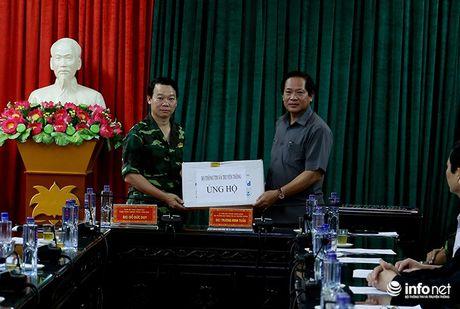 Bo truong Truong Minh Tuan thi sat cuu ho, trao qua cuu tro nguoi dan Yen Bai - Anh 3