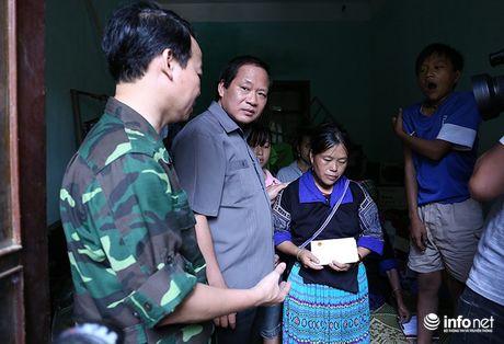 Bo truong Truong Minh Tuan thi sat cuu ho, trao qua cuu tro nguoi dan Yen Bai - Anh 5