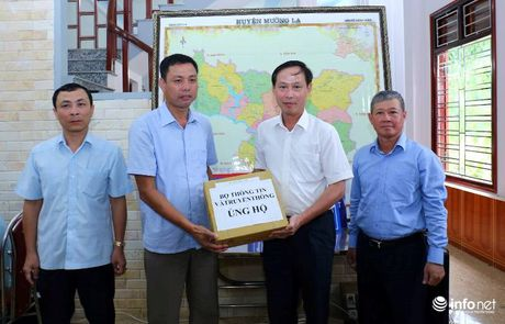 Bo TT&TT trao qua ung ho nguoi dan Muong La khac phuc hau qua mua lu - Anh 1