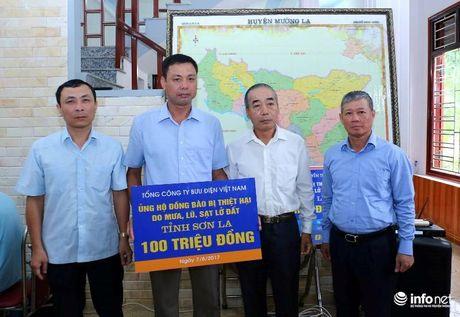Bo TT&TT trao qua ung ho nguoi dan Muong La khac phuc hau qua mua lu - Anh 3