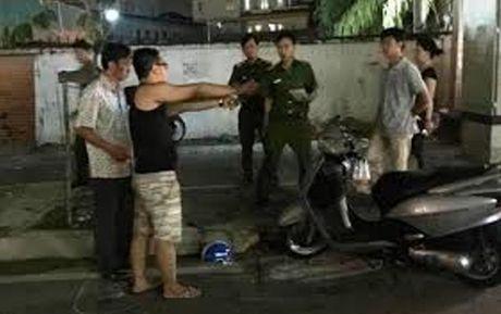 Truy bat doi tuong dam nguoi cho nan nhan di cap cuu - Anh 1