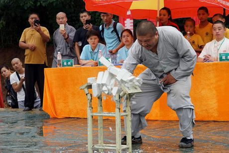 Vo su 'Tay sat' vo dich Thieu Lam ha Tu Hieu Dong sau 2 giay? - Anh 1
