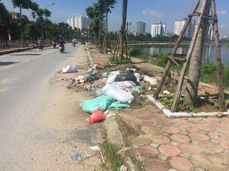Hoang Mai, Ha Noi: Rac thai tran lan tren nhieu tuyen duong - Anh 1