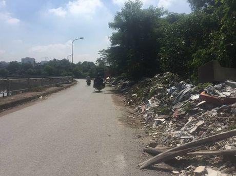 Hoang Mai, Ha Noi: Rac thai tran lan tren nhieu tuyen duong - Anh 2