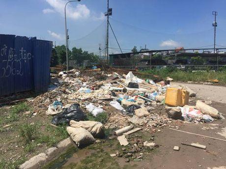 Hoang Mai, Ha Noi: Rac thai tran lan tren nhieu tuyen duong - Anh 5