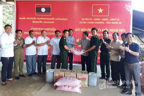Thanh Chuong tang qua cho huyen Xay Cham Phon - Anh 1