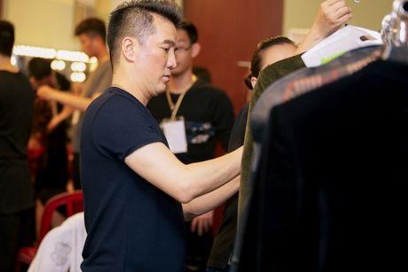 Co ekip 300 nguoi, Mr Dam van 'xan tay ao' cham lo moi thu trong hau truong liveshow - Anh 2