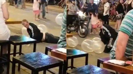 Thanh nien nuoc ngoai bi danh nga tren pho Tay vi say bong cuoi - Anh 2