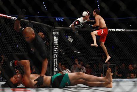 Vo si UFC da ngat doi thu chi sau 26 giay - Anh 1