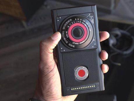 Smartphone gia 1.200 USD cua hang may quay chuyen phim 'bom tan' co gi la? - Anh 8