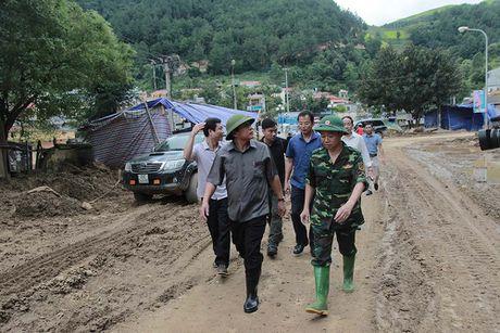 Bo truong TT&TT tham hoi ba con vung lu Mu Cang Chai - Anh 1