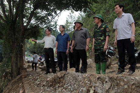 Bo truong TT&TT tham hoi ba con vung lu Mu Cang Chai - Anh 6