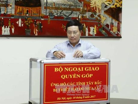 Quyen gop ung ho dong bao bi thiet hai do mua lu - Anh 1