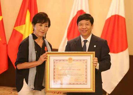 Trao Huan chuong Huu nghi cho nguoi ban cua nan nhan chat doc da cam Viet Nam - Anh 2