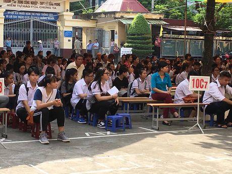 Hai Phong: Phu huynh hoc sinh truong THPT Le Hong Phong cung con den truong. - Anh 1