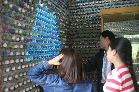 Vi tinh yeu, nguoi phu nu Ha Noi xay mot ngoi nha tuyet dep bang 8.800 vo chai nhua - Anh 13