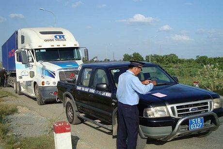 Tai xe container cho qua tai ''vut xe'' khong ra trinh dien - Anh 1