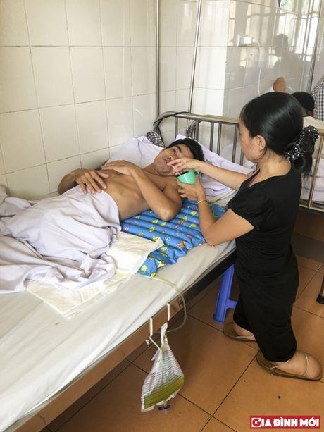 Ban doc Gia Dinh Moi chung tay voi nguoi dan ba cut chan cham chong liet nua nguoi - Anh 1