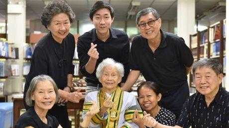 Cu ba 91 tuoi tot nghiep dai hoc o Thai Lan - Anh 1