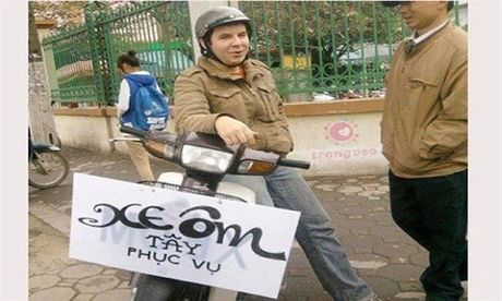 Anh hai huoc khong tuong voi cach quang cao xe om - Anh 1