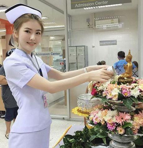 Nhan sac nu y ta tuoi teen khien dan mang Thai Lan 'phat sot' - Anh 1
