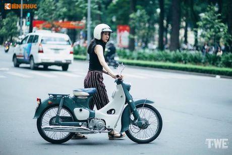 Nguoi dep Viet do dang Honda Super Cub C100 doi dau - Anh 9