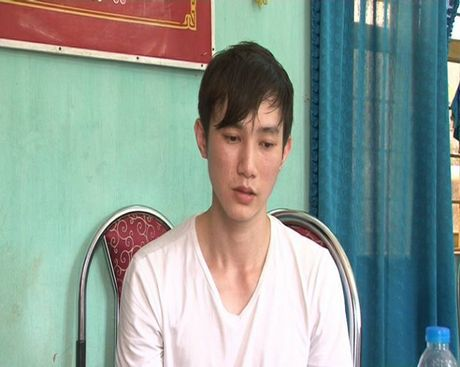 Bat giu doi tuong co quoc tich Trung Quoc mang theo hon 9 nghin to 100 USD vao Viet Nam - Anh 2