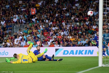 Ronaldo nhan the do, Real van 'de bep' Barca tai Nou Camp - Anh 2