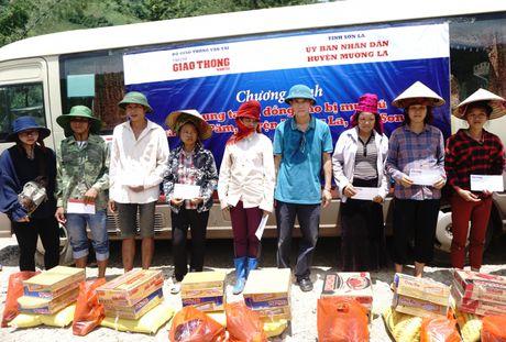 Chung tay huong ve dong bao vung mua lu Muong La - Anh 8