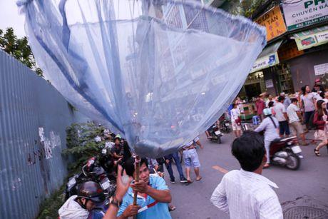 Ca tram 'co hon song' lao vao hung 'mua tien' gay nao loan duong pho - Anh 12