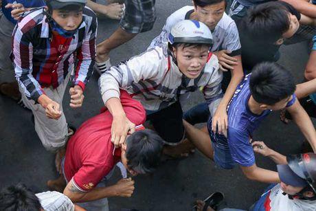 Ca tram 'co hon song' lao vao hung 'mua tien' gay nao loan duong pho - Anh 1