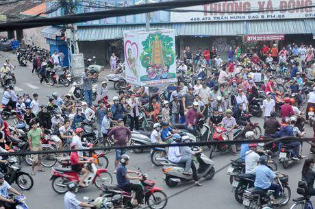 Ca tram 'co hon song' lao vao hung 'mua tien' gay nao loan duong pho - Anh 2