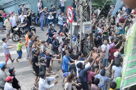 Ca tram 'co hon song' lao vao hung 'mua tien' gay nao loan duong pho - Anh 3