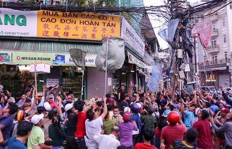 Ca tram 'co hon song' lao vao hung 'mua tien' gay nao loan duong pho - Anh 5
