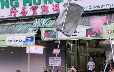 Ca tram 'co hon song' lao vao hung 'mua tien' gay nao loan duong pho - Anh 7