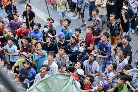 Ca tram 'co hon song' lao vao hung 'mua tien' gay nao loan duong pho - Anh 8