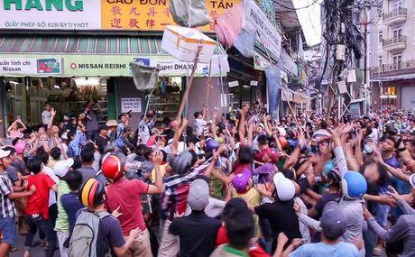 Ca tram 'co hon song' lao vao hung 'mua tien' gay nao loan duong pho - Anh 9