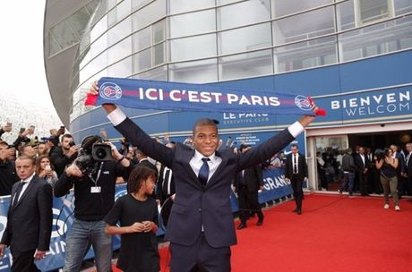 Kylian Mbappe rang ro trong ngay chinh thuc ra mat PSG - Anh 3